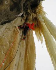 Mike Stuart @cdnalpineguides leading us up into the gnar today on Mythologic. Amazing route! (Alex Geary)